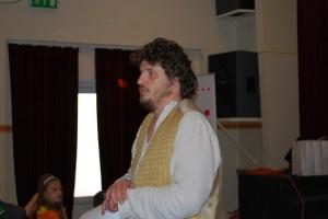 Novák Péter köszönti a közönséget